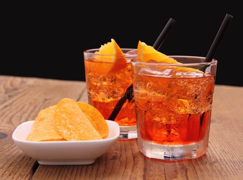 Spritz aperitif - coctail för två apelsin med iskuber fotografering för bildbyråer