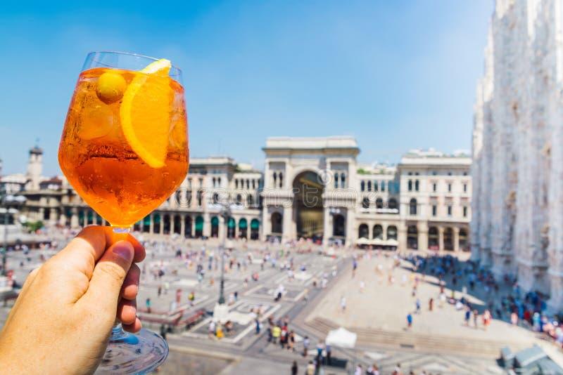 Spritz aperol Getränk in Mailand und übersehen Piazza Duomo lizenzfreie stockfotos