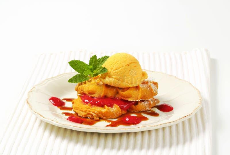 Spritz boterkoekjes met geel roomijs stock foto's