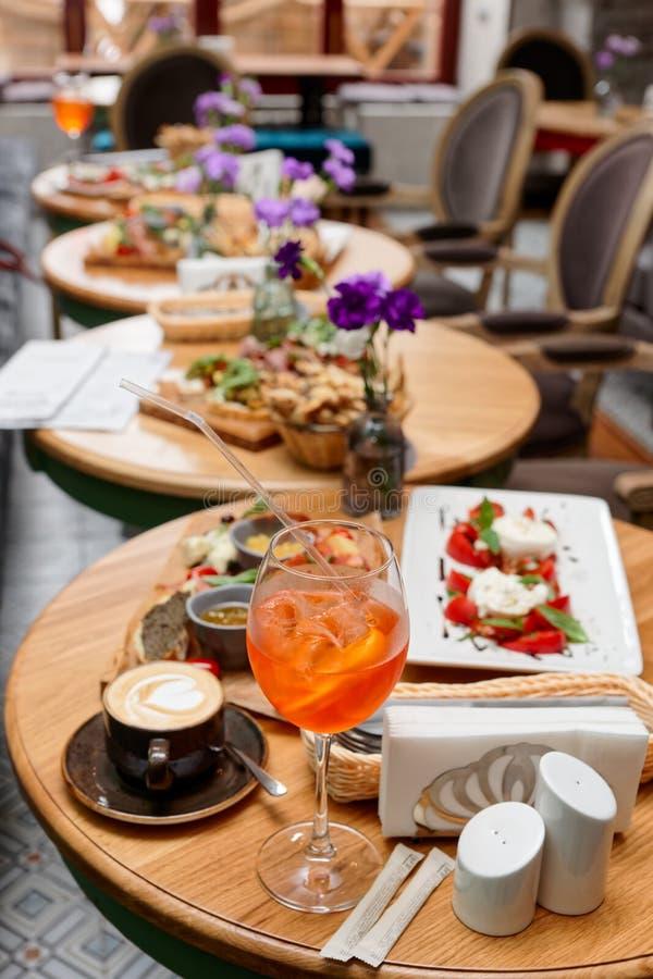 Spritz Cocktail und verschiedene italienische Speisen lizenzfreies stockbild