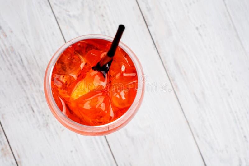 Spritz il cocktail di Aperol in vetro di vino sulla vista superiore del fondo di legno rustico fotografia stock libera da diritti
