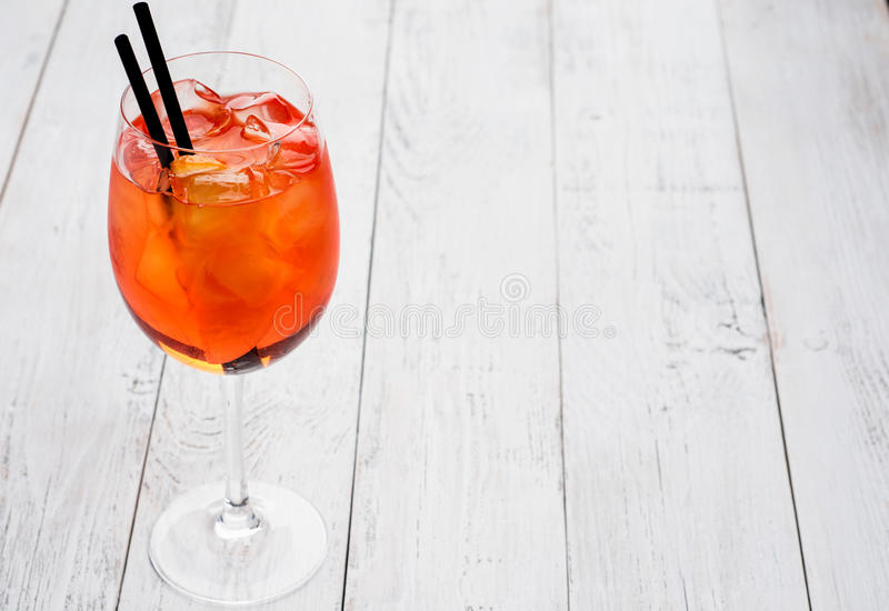 Spritz o cocktail de Aperol no vidro de vinho no fundo de madeira rústico foto de stock