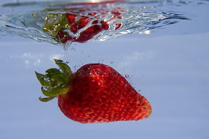 Spritzen der Erdbeere stockfotografie