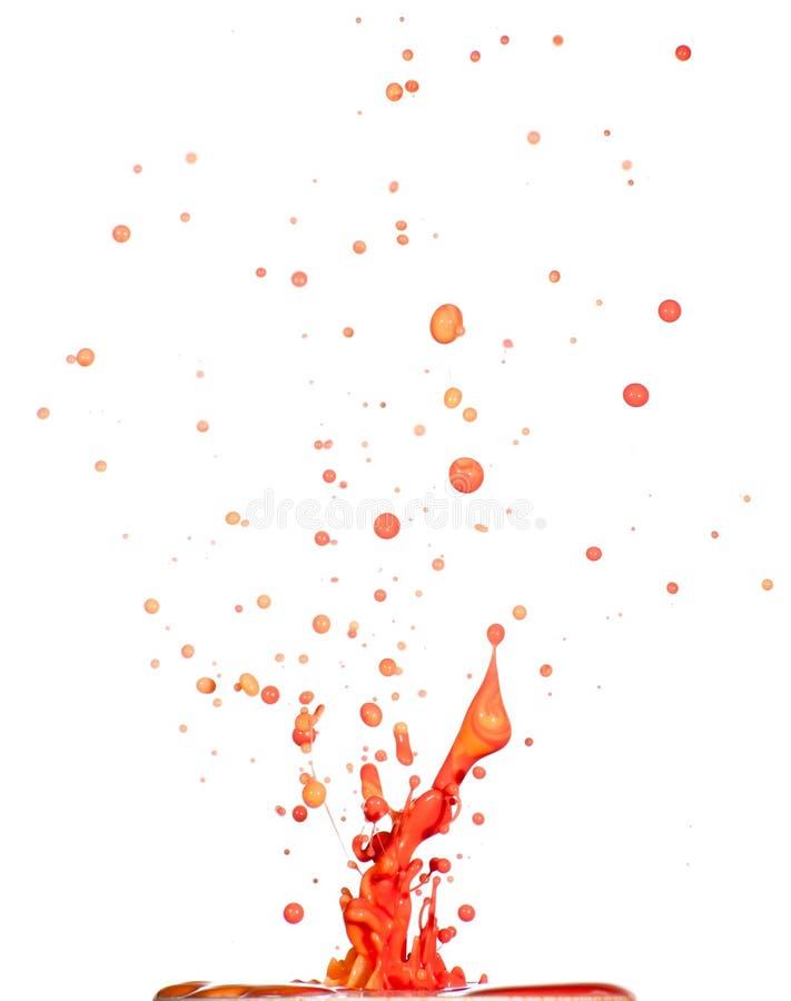 Spritzen der roten Flüssigkeit auf weißem Hintergrund stockbild