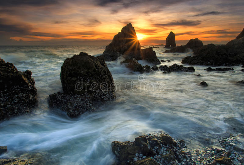 Spritzen der Welle mit schönem Sonnenuntergang lizenzfreies stockbild