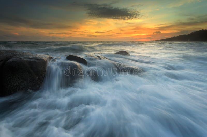 Spritzen der Welle mit schönem Sonnenuntergang stockbilder