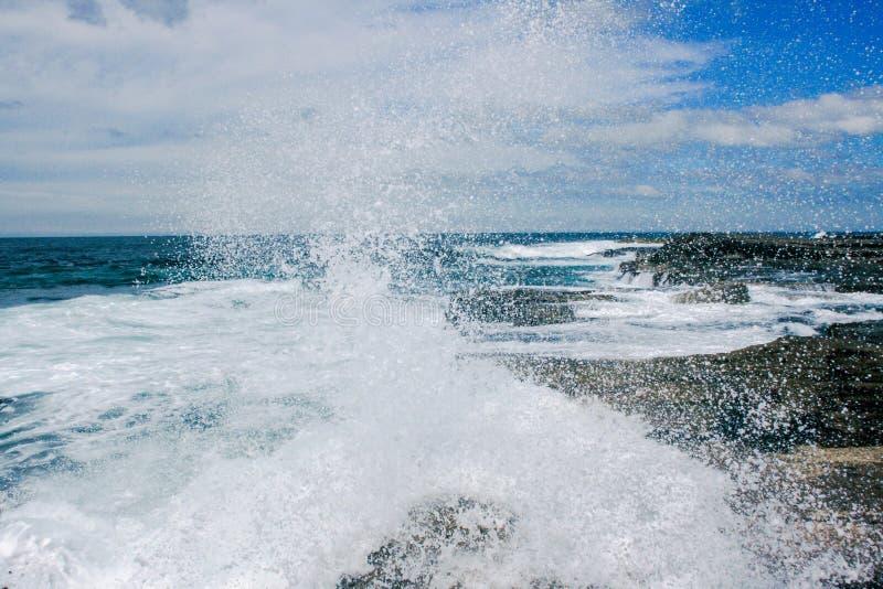 Spritzen der Wellen stockfotos