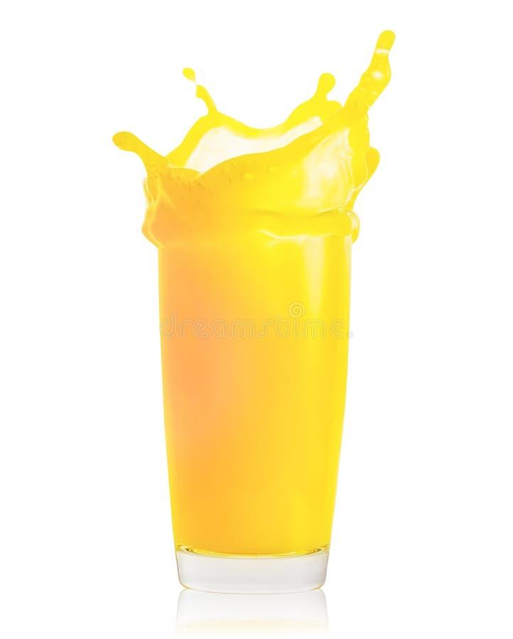 Spritzen des frischen Orangensaftes im transparenten Glas lokalisiert auf weißem Hintergrund stockfoto