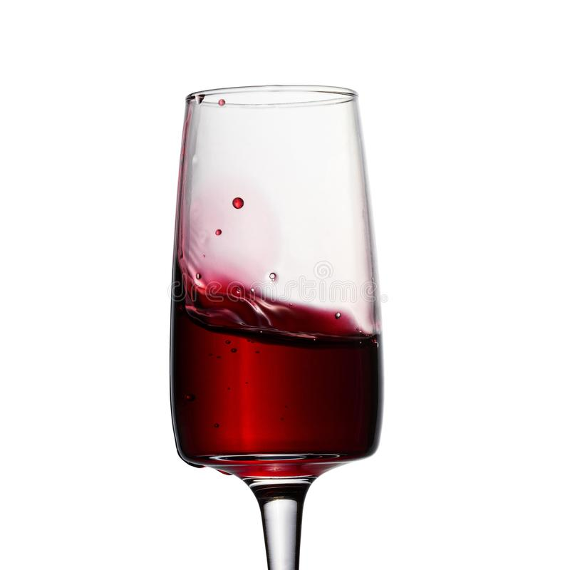 Spritzen des hellen Rotweins und der Blasen stockfoto