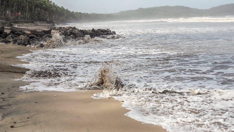 Spritzen des Wassers auf Sand lizenzfreie stockbilder