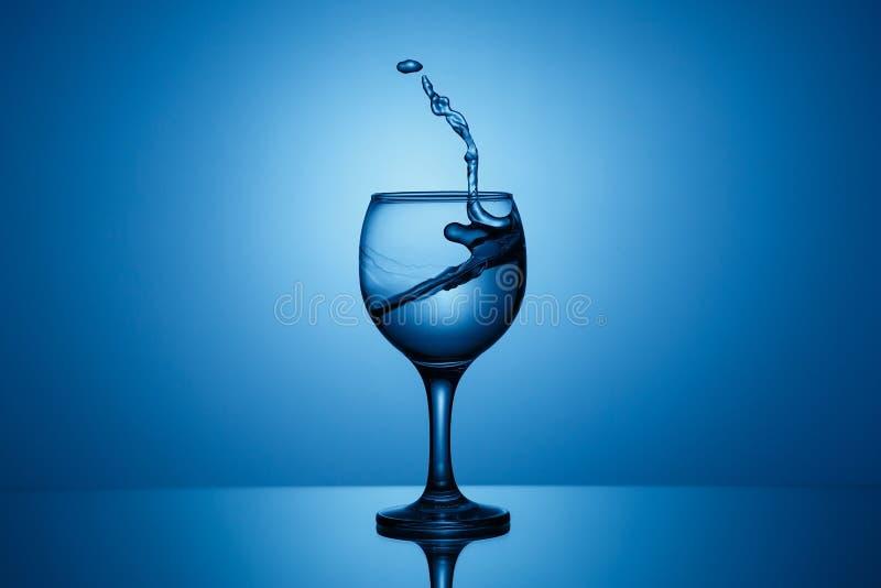 Spritzen des Wassers in Form einer Hand lizenzfreie stockbilder