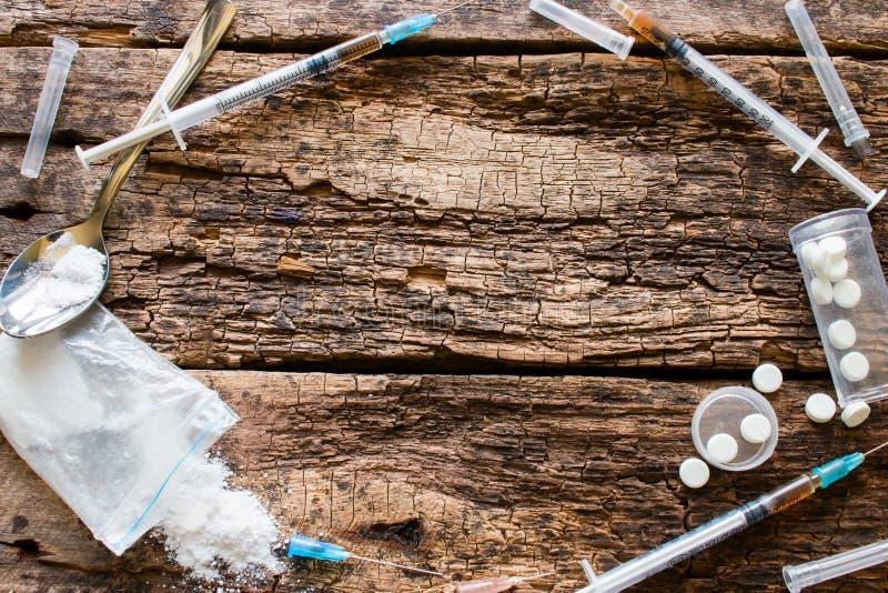 Spritzen, Drogen und anderes Zubehör gewöhnt in Form eines Kreises lizenzfreies stockfoto