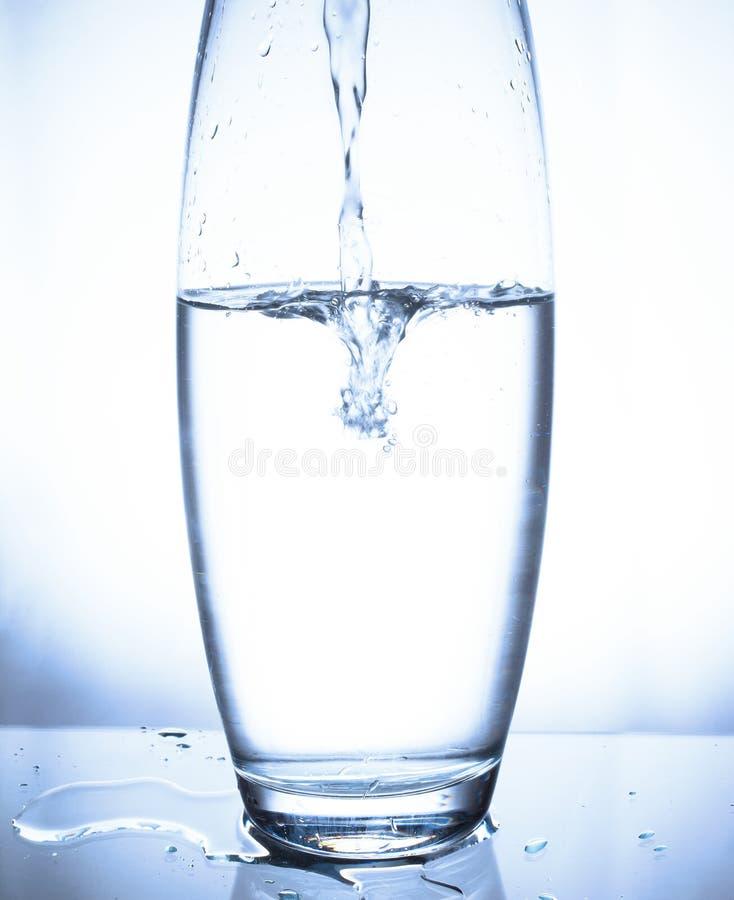 Spritzen in einem Glas stockbild