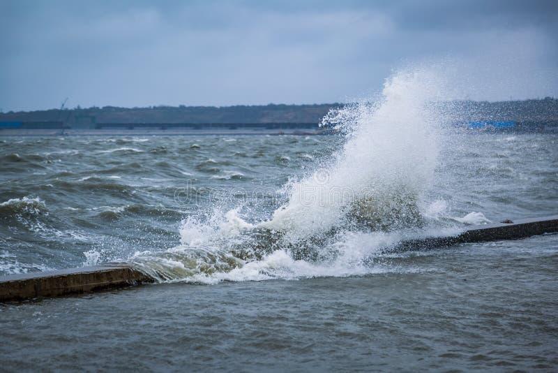 Spritzen einer großen Welle auf dem überschwemmten Damm der Urlaubsstadt auf dem Schwarzen Meer lizenzfreies stockfoto