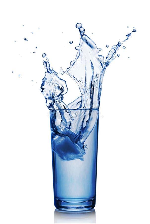 Spritzen Sie im Glas blauem Wasser mit Eiswürfel lizenzfreie stockfotografie