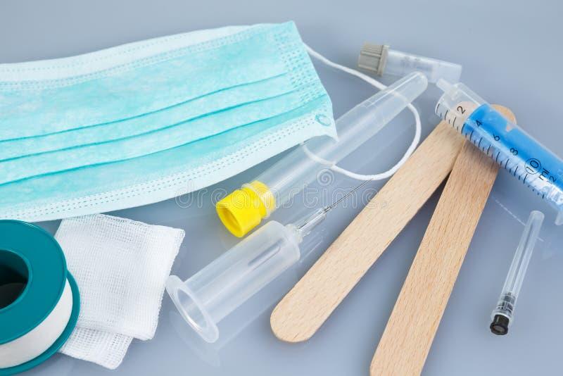 Spritzen und Nadeln und andere medizinische Einzelteile stockbild