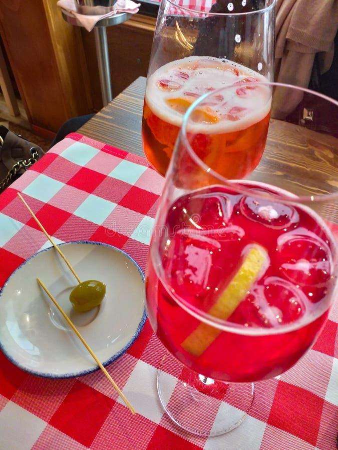 spritzer W?oski aperitif znosz?cy biel & x28; aqua x29 i wine&; wtedy koryguj?cy fotografia stock