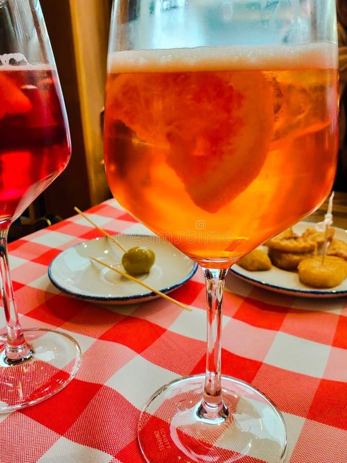 spritzer W?oski aperitif znosz?cy biel & x28; aqua x29 i wine&; wtedy koryguj?cy fotografia royalty free