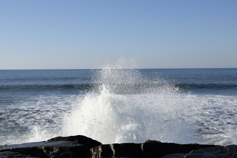 Download Spritzt von den Wellen stockbild. Bild von reise, strand - 106800371