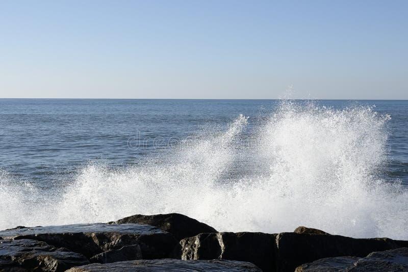 Download Spritzt von den Wellen stockbild. Bild von ferien, blau - 106800479
