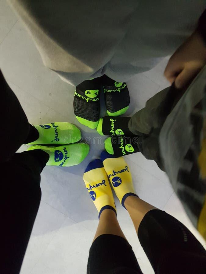 Sprong in de Sokken van het de Trampolinepark van Slough stock afbeelding