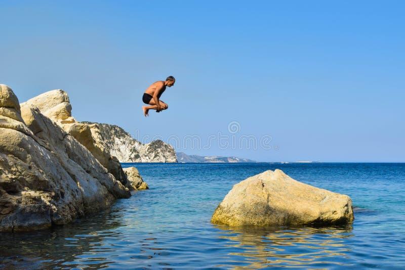 Sprong in het overzees stock fotografie