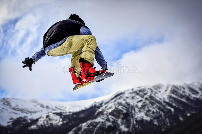 Sprong met Snowboard in Backcountry stock foto