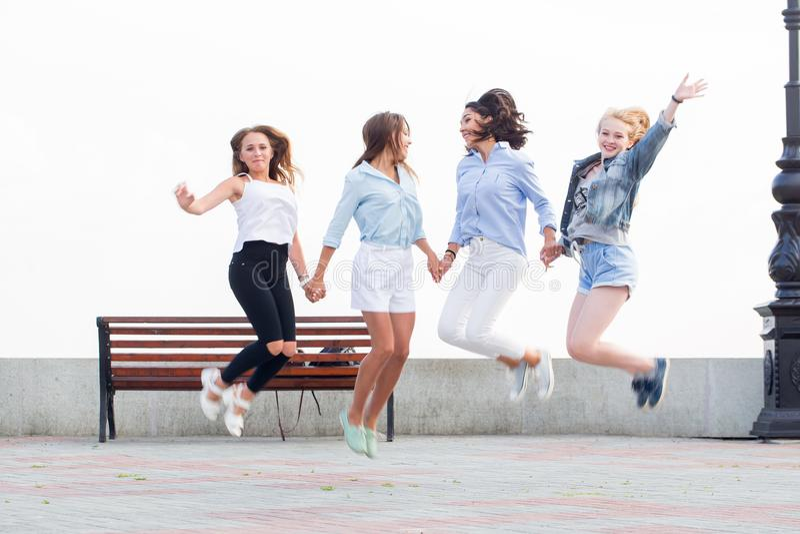Sprong omhoog voor vreugde De beste vrienden hebben pret in het Park stock afbeelding