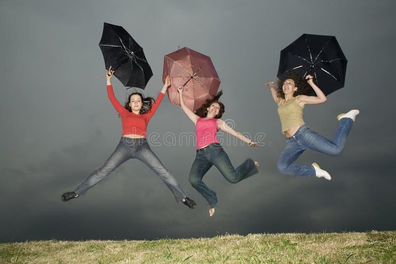 Sprong onder onweer-wolk royalty-vrije stock fotografie