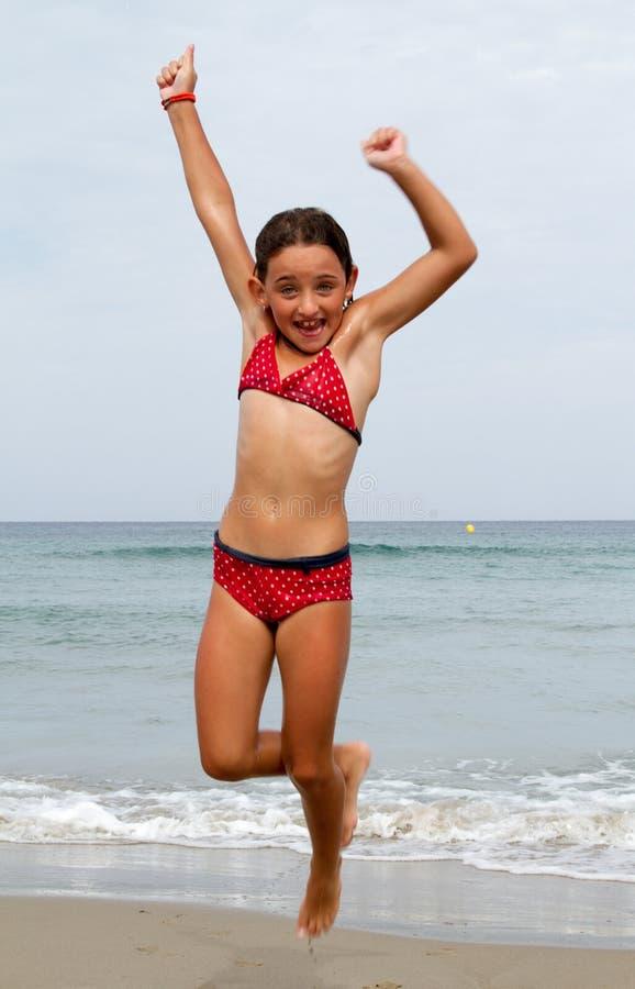 Sprong op het strand royalty-vrije stock afbeelding
