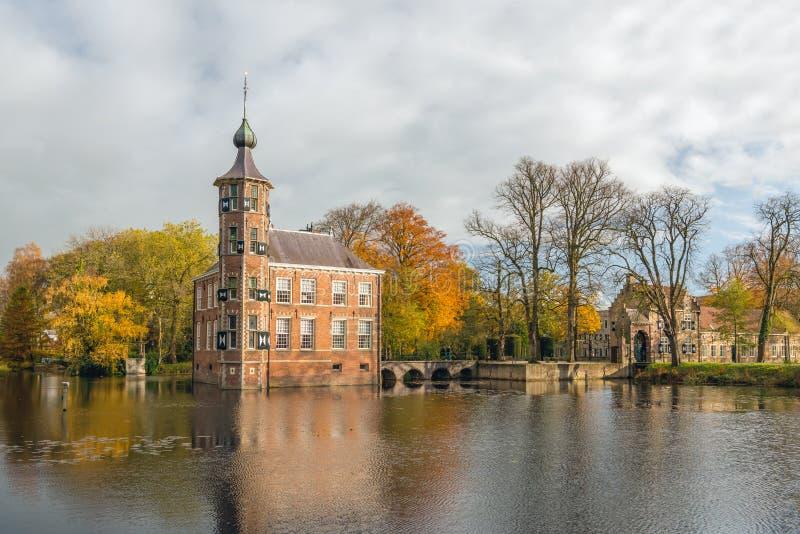 Sprookje Nederlands kasteel Bouvigne in het de herfstseizoen stock afbeelding