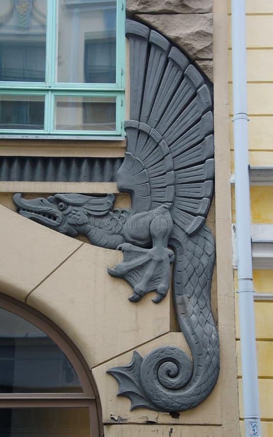 Sprookjedraak op de voorgevel van een Jugendstilflatgebouw in Oud Tallinn stock foto's