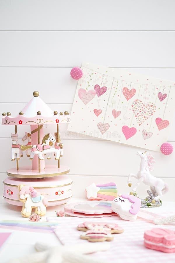 Sprookjesconcept in roze en wit Een kleine decoratie van de meisjes` s ruimte royalty-vrije stock fotografie