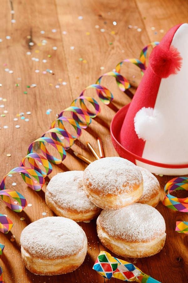 Sproszkowani Cukrowi Donuts z Karnawałowymi wsparciami na stronie zdjęcia stock