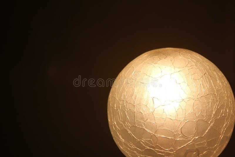 Sprucken glass lampa arkivfoton