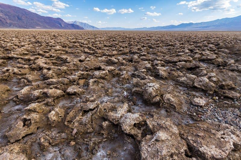Sprucken jord på jäklar golfbana, Death Valley, USA royaltyfria foton
