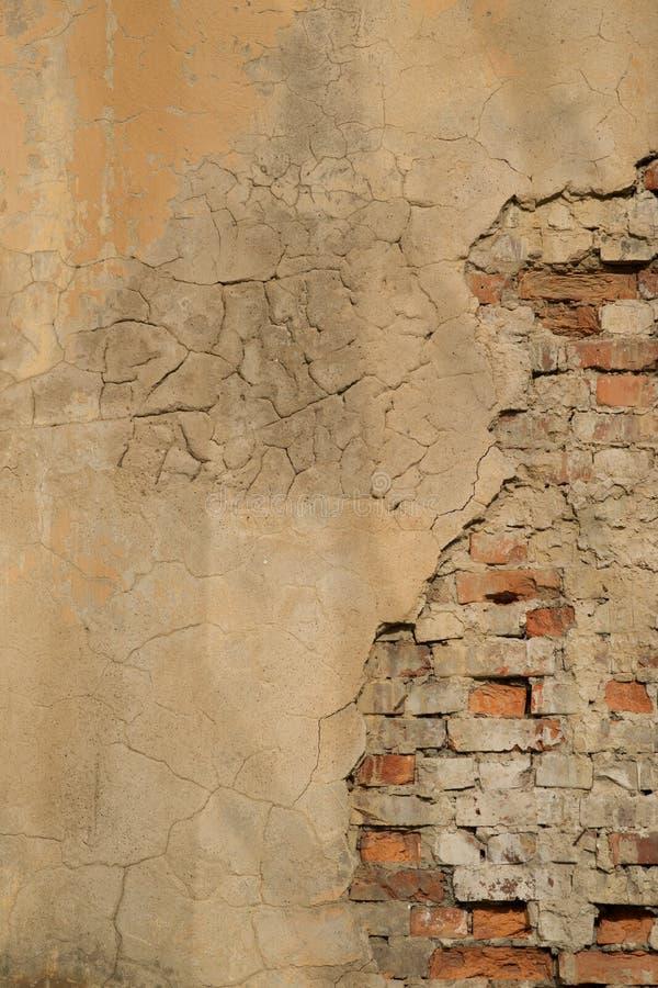 Sprucken konkret bakgrund för tappningtegelstenvägg royaltyfri fotografi