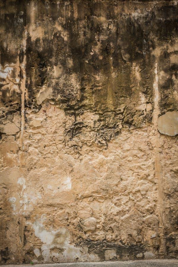 Sprucken konkret bakgrund för tappningtegelstenvägg royaltyfri bild
