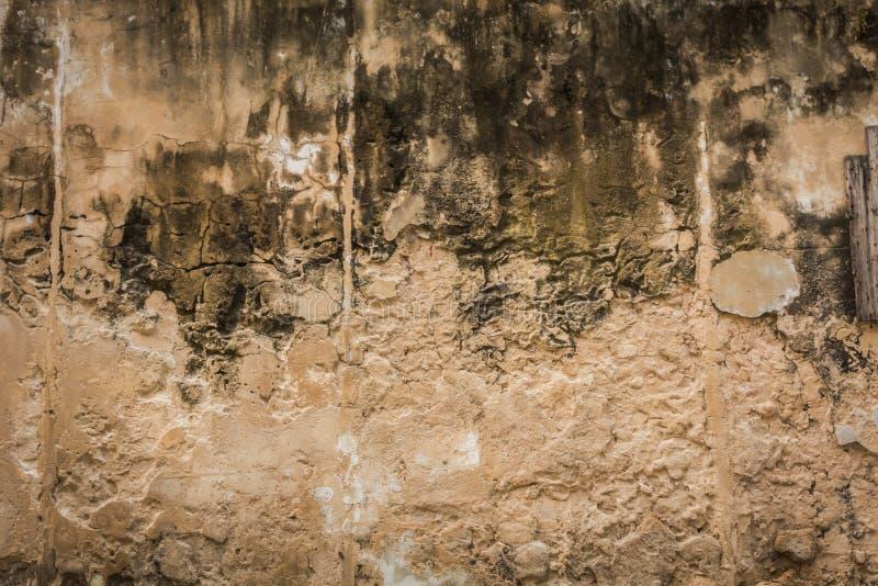 Sprucken konkret bakgrund för tappningtegelstenvägg royaltyfria bilder