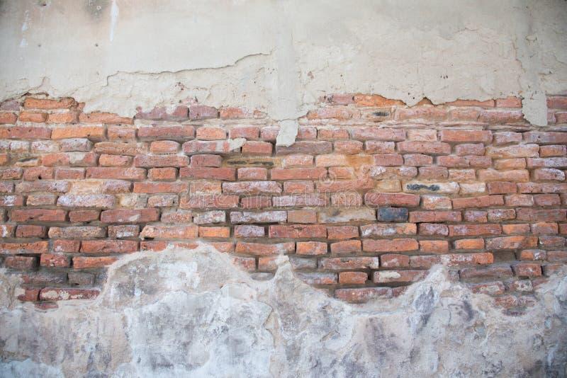 Sprucken konkret bakgrund för tappningtegelstenvägg arkivbild