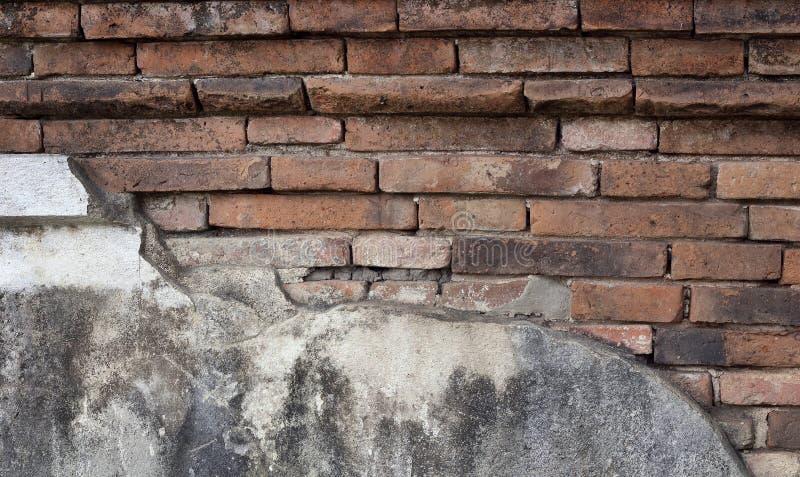 Sprucken konkret tegelstenvägg, tappningbakgrund arkivfoto