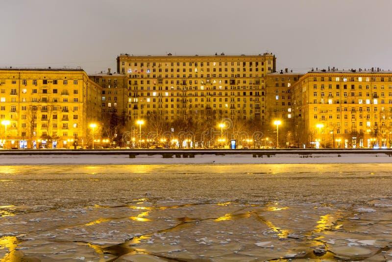 Sprucken is på floden Vår som värme, smältande is Mot bakgrunden av stads- byggnader arkivbilder