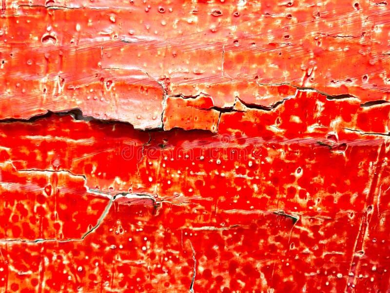 Sprucken röd oljamålarfärg på ett träbräde royaltyfria foton