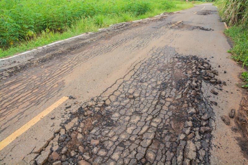 sprucken väg för asfalt arkivfoto