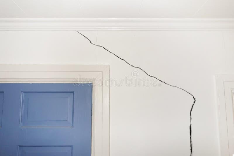 sprucken vägg arkivfoto