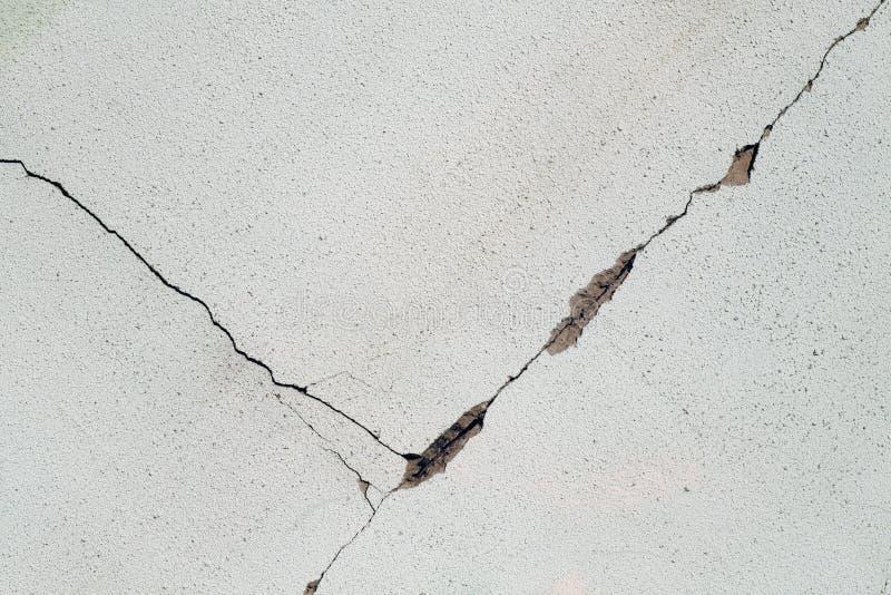 sprucken vägg för cement arkivfoto