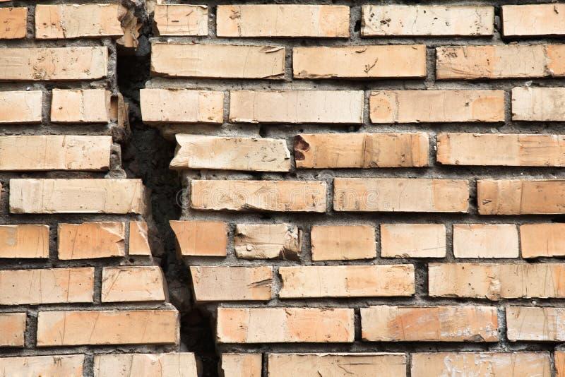 sprucken vägg för tegelsten royaltyfri fotografi