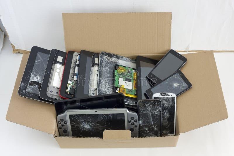 Spruckna brutna telefoner arkivbild