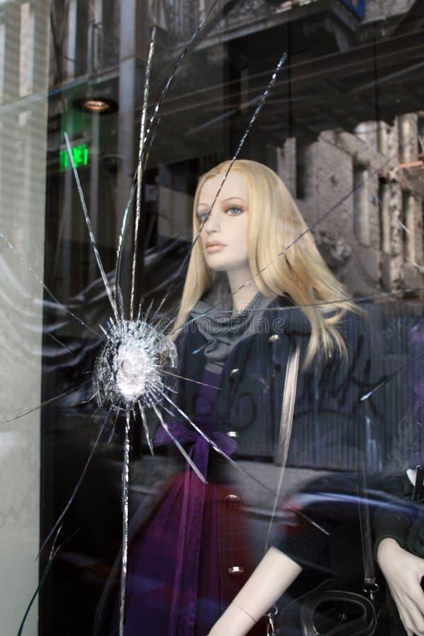 spruckna glass skyltdockatumultar för efterdyning arkivfoto