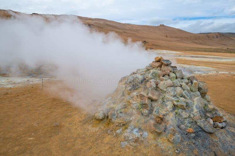 Sprudeln heiß mit Dampf Schlamm-Töpfe im geothermischen Bereich Namafjall, Hverir, Island lizenzfreies stockfoto